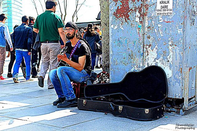 Müziğin yeri ve zamanı yoktur. Kadıköy'de Sokak Müziği.